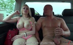 Brasileira sexo fodendo no carro com homem careca