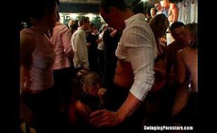 Novinha dando pra varios ao mesmo tempo na festinha