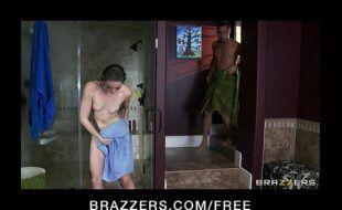 Novinha no banho sendo filmada em pornodequalidade