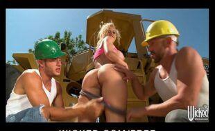 Porno loira dando a buceta para dois homens