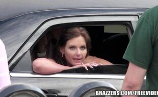 Putaria dentro do carro com as novinhasbr dando a buceta delas para o dotado
